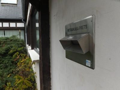 Photo de la boite de retour des prêts, sur le côté de la médiathèque.